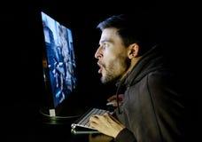 Het verbaasde spel van de kerel emotionele speelcomputer Stock Afbeelding