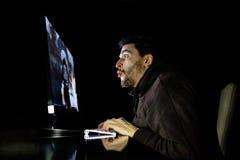Het verbaasde spel van de kerel emotionele speelcomputer Royalty-vrije Stock Afbeelding