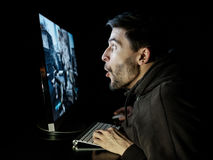 Het verbaasde spel van de kerel emotionele speelcomputer Stock Afbeeldingen