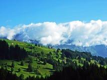 Het verbazen betrekt over de bergketen van Alpen over het de vallei van rivierrijn en Alviergruppe-gebied royalty-vrije stock foto's