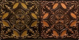 Het verbazen detailleerde close-upmening van de donkere bruine achtergrond van de de tegelsluxe van het kleuren binnenlandse plaf Royalty-vrije Stock Foto's