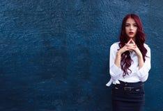 Het verbazen, overweldigend roodharig modieus model op manierweek in witte moderne blouse op donkerblauwe achtergrond Perfect sch stock foto's