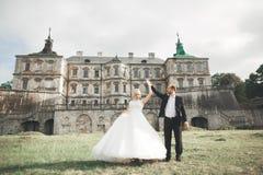 Het verbazen van gelukkig zacht modieus mooi romantisch Kaukasisch paar op het oude barokke kasteel als achtergrond Stock Afbeelding