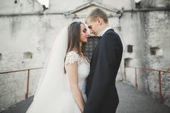 Het verbazen van gelukkig zacht modieus mooi romantisch Kaukasisch paar op het oude barokke kasteel als achtergrond Royalty-vrije Stock Foto's