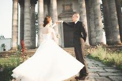 Het verbazen van gelukkig zacht modieus mooi romantisch Kaukasisch paar op het oude barokke kasteel als achtergrond Royalty-vrije Stock Fotografie