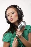 Het verbazen van mooi meisje met studiomicrofoon Stock Afbeeldingen