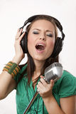 Het verbazen van mooi meisje met studiomicrofoon Stock Foto