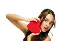 Het verbazen van mooie vrouw die rood hart houdt Stock Foto's