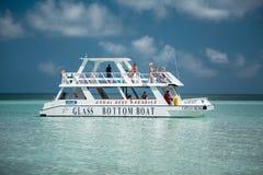 Het verbazen van schitterende overweldigende mening van glasboot met mensen aan boord van het gaan in rustige, azuurblauwe oceaan royalty-vrije stock afbeelding