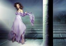 Het verbazende beeld die van sensuele brunette lillac kleedt zich waering Stock Foto's