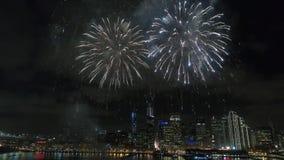 Het verbazende kleurrijke lichte heldere vuurwerk barsten die prachtig in donkere nachthemel exploderen over San Francisco in 4k  stock footage