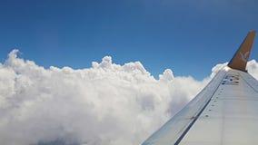 Het verbazende luchtkatoen betrekt mening van binnenuit vliegtuigvenster Vliegtuig dat over wolken vliegt Vliegtuig en vervoersco stock footage