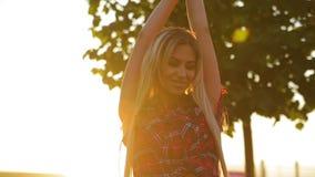Het verbazende portret van mooi blondemeisje met schitterend lang haar bekijkt camera en het leuke glimlachen stock videobeelden