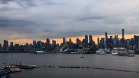 Het verbazende regelmatige panorama van de tijdtijdspanne van grijze regen betrekt zich het bewegen in hemel van de avond de oran stock footage