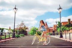 Het verbazende vrouw stellen dichtbij fiets, mannequin in sexy kleren royalty-vrije stock fotografie