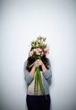 Het verbergen achter bloemen Stock Foto