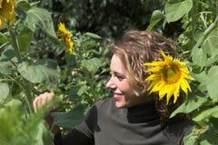 Het verbergen achter de zonnebloemen Royalty-vrije Stock Afbeeldingen