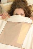 Het verbergen in bed Royalty-vrije Stock Afbeeldingen
