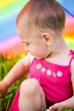 Het verbergen onder een kleurrijke paraplu Stock Fotografie