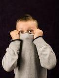 Het verbergen van de jongen Stock Foto's
