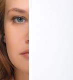 Het verbergen van het meisje in het kader van blad van document Royalty-vrije Stock Afbeeldingen