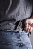 Het verbergen van Vuurwapen achter Rug Stock Foto's
