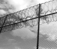 Het verbieden van omheining met scheermesdraad Stock Foto's