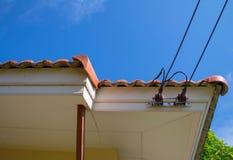 Het verbinden van de hoofdmachtslijn met het huis stock foto