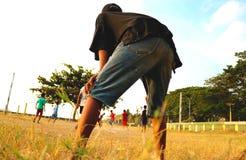 Het verbleken van voetbal bij dorp stock fotografie
