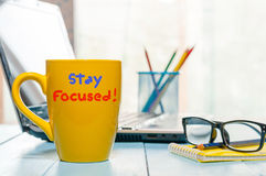 Het verblijf concentreerde - gele ochtendkop van koffie, thee zich thuis of bureau bedrijfswerkplaats royalty-vrije stock foto's