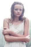 Het verblijf van het meisje onder regendalingen Stock Foto