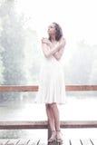 Het verblijf van het meisje onder regendalingen Royalty-vrije Stock Foto's