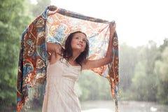 Het verblijf van het meisje onder regendalingen Royalty-vrije Stock Foto