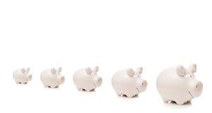 Het verblijf van vijf porseleinvarkens in rij Stock Foto