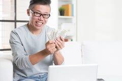 Het verdienen van geld van online zaken Stock Foto's