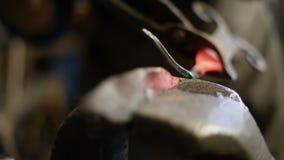 Het verdraaien van metaal met smidsbankschroef stock video