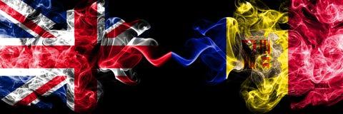 Het Verenigd Koninkrijk versus Andorra, Andorrese rokerige zij aan zij geplaatste mysticusvlaggen r royalty-vrije illustratie