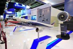 Het verenigde Vliegtuigenbedrijf (UAC) zijn pd-14 motor demonstreren en mc-21 vliegtuigen die modelleren in Singapore Airshow royalty-vrije stock fotografie