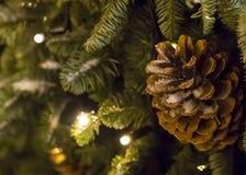 Het verfraaide de slinger van de Kerstmisboom behandelde gloeien en grote kegel Royalty-vrije Stock Afbeelding