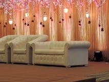 Het verfraaide stadium van de huwelijksontvangst bij traditioneel Hindoes huwelijk, India Stock Foto's