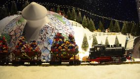 Het verfraaide stuk speelgoed van de Kerstmistrein stock footage