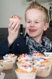 Het verfraaien van cupcakes Royalty-vrije Stock Foto's