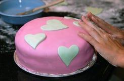 Het Verfraaien van de cake Stock Fotografie