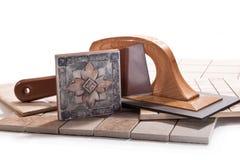Het verfraaien van de muren met keramische tegels Royalty-vrije Stock Fotografie