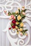 Het verfraaien van de vakantie met bloemen en decoratieve elementen Bou Stock Afbeelding