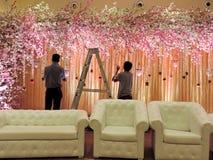 Het verfraaien van de zaal van de huwelijksontvangst bij traditioneel Hindoes huwelijk, India Royalty-vrije Stock Foto