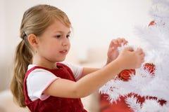 Het verfraaien van een christmastree Stock Foto's