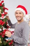Het verfraaien van een Kerstboom. Royalty-vrije Stock Foto's