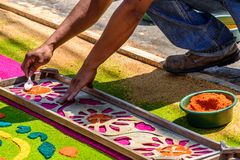 Het verfraaien van het geverfte tapijt van de zaagsel Heilige Donderdag, Antigua, Guatemala Royalty-vrije Stock Fotografie