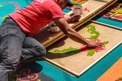 Het verfraaien van het geverfte tapijt van de zaagsel Heilige Donderdag, Antigua, Guatemala Stock Fotografie